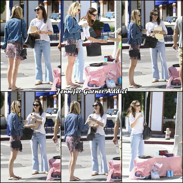 Jen et son agent sont allées prendre une limonade à un stand tenu par un enfant - le 27 Mai -