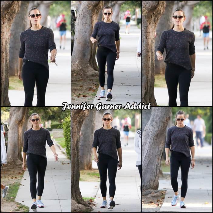Jen avec une amie dans les rues de LA (je pense après avoir amené les filles à l'école) - le 9 Octobre -