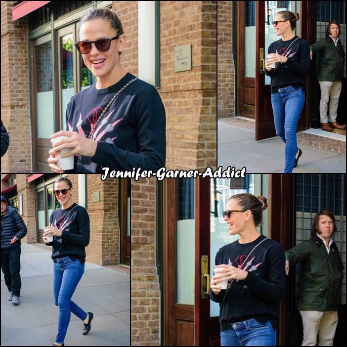 Jen à la sortie de son hotel plusieurs fois dans la journée à New York - le 18 Octobre - elle est en représentation pour Save The Children. Elle a posté une photo sur instagram à ce propos