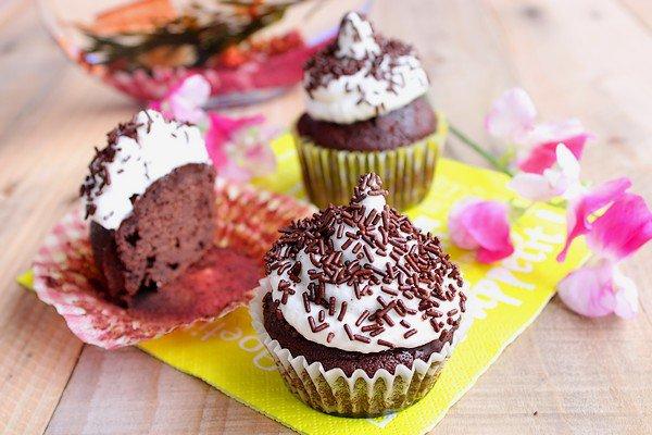 """ Hi-Hat Cupcakes ( Cupcakes au Chocolat Noir Meringués ) """