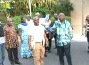 Gbagbo apparaît à la RTI en compagnie de quelques uns de ses proches.