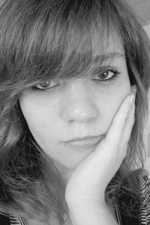 Enchantée. Sandrine. 14 ans. Heureuse.