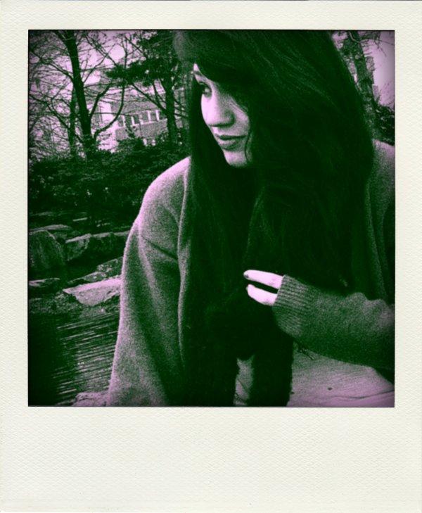 « Je pense à toi tout le temps. Je pense à toi le matin, en marchant dans le froid. Je fais exprès de marcher lentement pour pouvoir penser à toi plus longtemps. Je pense à toi le soir, quand tu me manques au milieu des fêtes.Je pense à toi quand je te vois et aussi quand je ne te vois pas. J'aimerais tant faire autre chose que penser à toi mais je n'y arrive pas. Si tu connais un truc pour t'oublier, fais le moi savoir.»