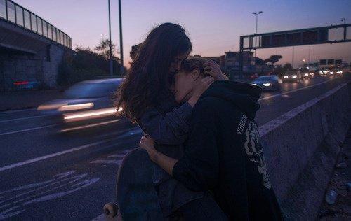 """""""La première fois qu'il lui avait pris la main, ça avait été si bon que tout le reste avait disparu. Ca avait été meilleur que la somme de toutes les fois où elle avait eu mal."""""""