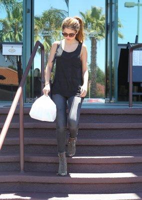 Selena à été aperçu à Encimo, L.A le 7 juillet dans un restaurant de sushi où Justin Bieber à aussi été vu mais malheuresement aucune photo de notre couple préféré ensemble est disponible ! :/