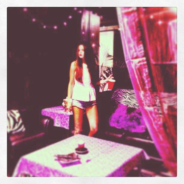 """Selena a posté cette photo il n'y a pas longtemps et a mis en légende : """"Hi Vancouver"""""""