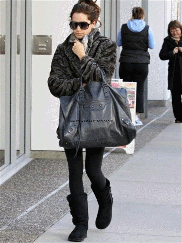 22.02.11 : Ashley a était aperçu dans les rues de Vancouver  lorqu'elle se rendait a son cours de gym       .    J'aime beaucoup son manteau ( de fausse fourrure biensur ) je trouve qu'il lui va trés bien & toi ? ; )