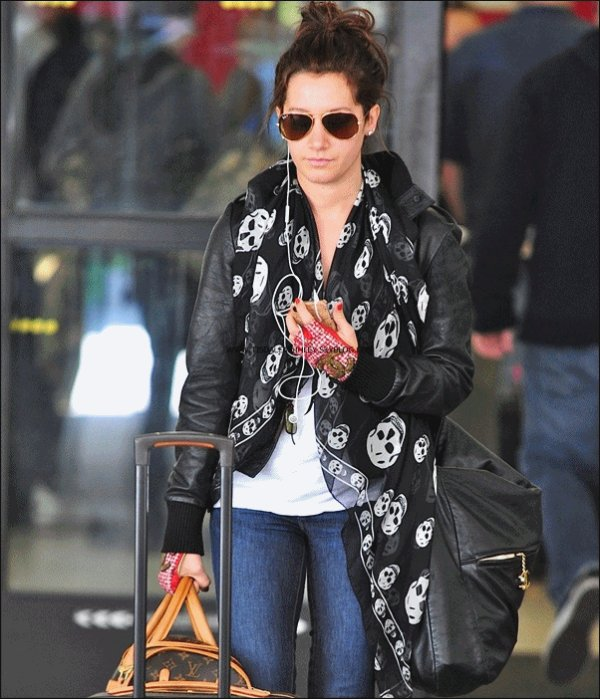 """26.02.11 : Ashley etait de retour a Los Angeles , elle etait a l'aeroport LAX     .          J'aime beaucoup sa tenue sauf ses """"mitaines """" chanel  & toi toi tu aimes ? : )"""