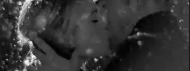 Robert Pattinson flirte sous la neige sans Kristen Stewart