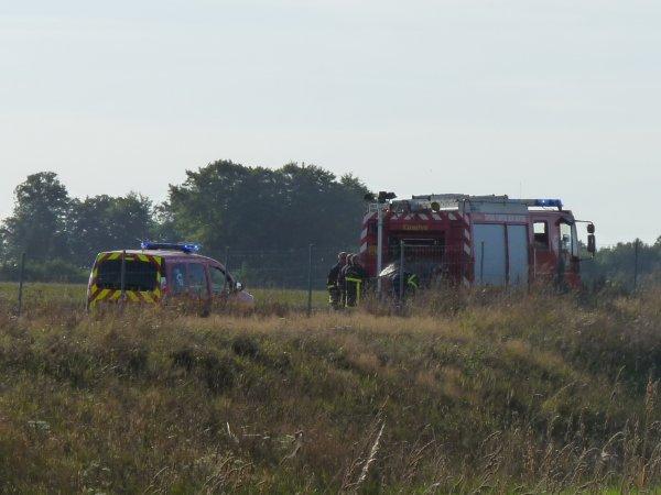Coup dur pour les pompiers avec l'incendie d'une moissonneuse et d'une partie du champ