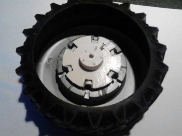 Les supports de roues vissés sur la jante