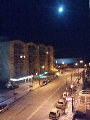 Vue du balcon de nuit d'un coté