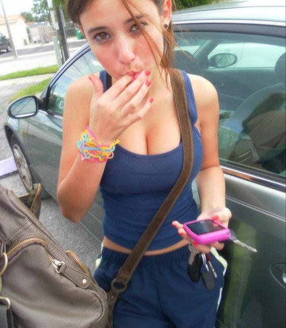 12 voila lucille 17ans jeune lycéenne qui adore le sexy et se faire prendre par de grosse bite regarder cet paire de sein elle et magnifique