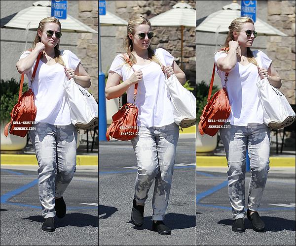 13 Mai  :  Kristen et une amie, ont été vu alors qu'elles sortaient de chez le vétérinaire à Hollywood. Top ou Flop ?