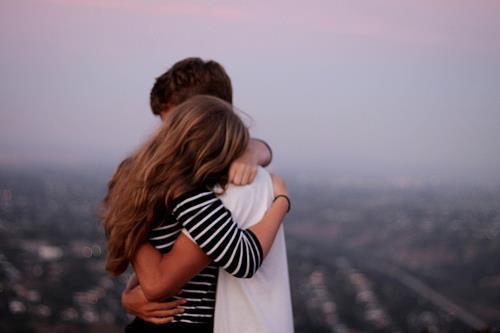 """Tu peux douter de celui qui dit """"je t'aime"""", mais jamais de celui qui essaye de le cacher."""