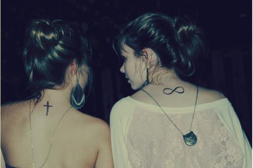 Un véritable ami voit ta première larme, attrape la deuxième et arrête la troisième.