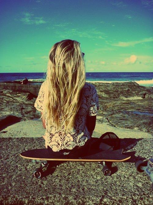 Quand une fille reste silencieuse, elle est soit en train de réfléchir, soit elle en a marre d'attendre, soit elle pleure à l'intérieur...