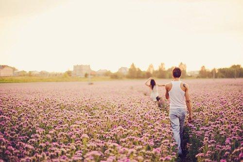 Une larme pour oublier que je suis incapable d'aimer. Ce sentiment qui me bouleverse, comment peux-tu l'expliquer ? Tout cet amour qui me renverse, je ne sais pas l'exprimer.
