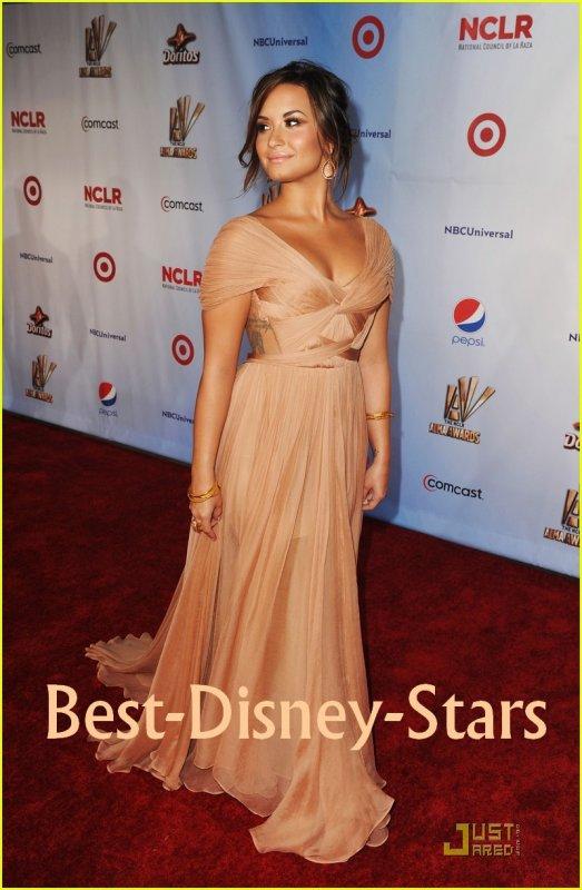 """10/09 : Demi dans Sa Robe """"Maria Lucia Hohan"""" a Gagné le Prix de """"L'Actrice Télé Favorite"""" pour son Role de """"Sonny"""" dans les """"2011 ALMA Awards"""" à """"l'Auditorium Civique de Santa Monica !"""
