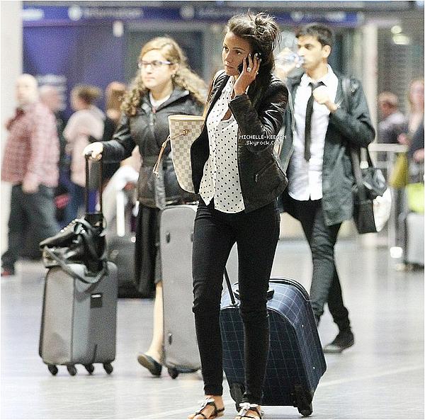 17/06/14 : Michelle à l'aéroport dans la soirée, était de retour à Manchester, avec une mine fatiguée.