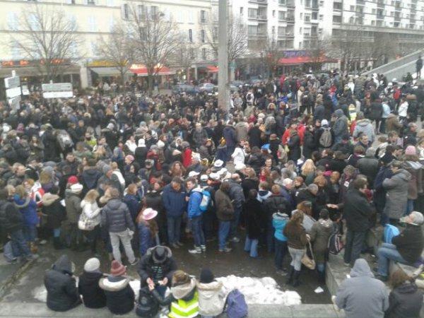 La foule de dehors au concert des enfoirés