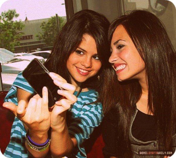 << Il y a toujours une amie qui es là pour toi quand on a besoin de l'aide... Cette personne nous fait sourir pour nous redonner un grand SMILE :)
