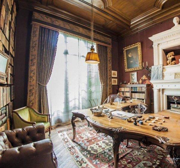 Dans le bureau de #GeorgesClemenceau, une pièce qui porte une part de notre histoire. Nous nous souvenons aujourd'hui d'un dirigeant qui a su rassembler et donner à ses hommes le sursaut patriote pour défendre notre nation