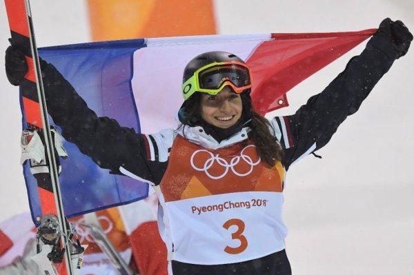 Une fille en OR ! @LaffontPerrine offre la 1re médaille d'or à la France lors de ces Jeux Olympiques de PyeongChang. A 19 ans et pour sa deuxième olympiade, l'Ariégeoise décroche le titre olympique en ski de bosses.  #PyeongChang2018 #JO2018 #SkideBosses #Sport #France