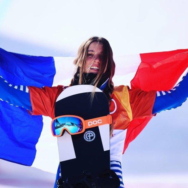Julia Pereira de Sousa-Mabileau a remporté vendredi matin la médaille d'argent en snowboard cross ! Du haut de ses 16 ans, et sous les yeux de toute sa famille émue aux larmes, la Française apporte une septième médaille à la délégation tricolore ! #JO2018 @pyeongchang2018