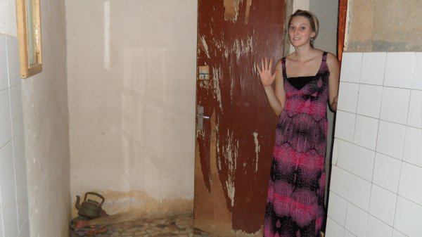 notre douche avec toilette la turque inclu notre pi ce vivre avec les moustiquaires et. Black Bedroom Furniture Sets. Home Design Ideas