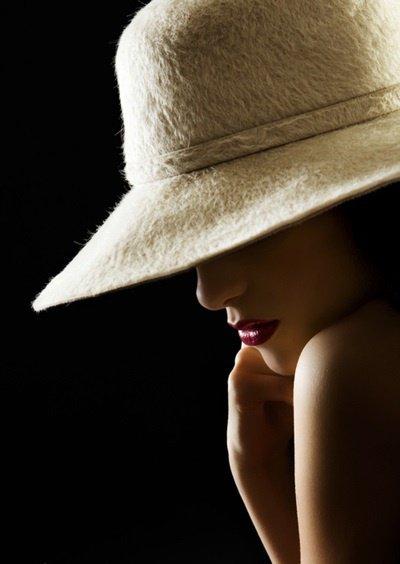 La poésie, c'est le vocable vierge de tout préjugé; c'est le verbe créé et créateur, la parole à l'état naissant. Elle se meut à l'aube originelle du monde. ...   de Vicente Huidobro