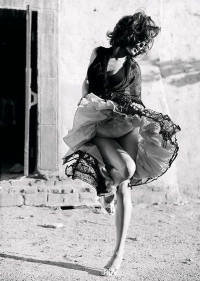 """""""Les choses les plus belles sont celles que souffle la folie et qu'écrit la raison. Il faut demeurer entre les deux, tout près de la folie quand on rêve, tout près de la raison quand on écrit."""