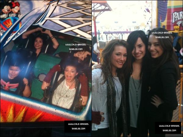 . Demi & Chloe (ou la briseuse d'amitié entre Selena & Demi) à DisneyLand en CA, le 27 Novembre   .   Et oui, d'après le site de Zack Taylor, c'est tout simplement à cause de Chloe que les 2 BFF se sont disputé. Selena Gomez aurait moyennement apprécié l'amitié qui unissait rapidement Chloe & Demi avant le tournage de Camp Rock 2 . Et puis ... Beh c'est fini, elles ne SERAIENT plus meilleures amies . A suivre... . Tu t'ennuies ? Jette un oeil sur ce Twitter  particulièrement méchant, à propos de Chloe, appelé IAMCHLOELIPS (je suis les lèvres de Chloe) .