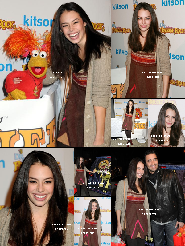 .    La miss Bridges aux Fraggle Rock's Holiday Toy Drive Benefit .  Allez, on dit que c'est son plus gros flop et on n'en parle plus . .
