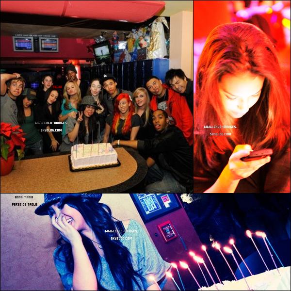 """.  Chloe à l'anniversaire d'Anna Maria Perez de Tagle qui fêtait ses 19 ans    La photo """"rouge"""" a été prise par le frère D'Anna Maria   ."""