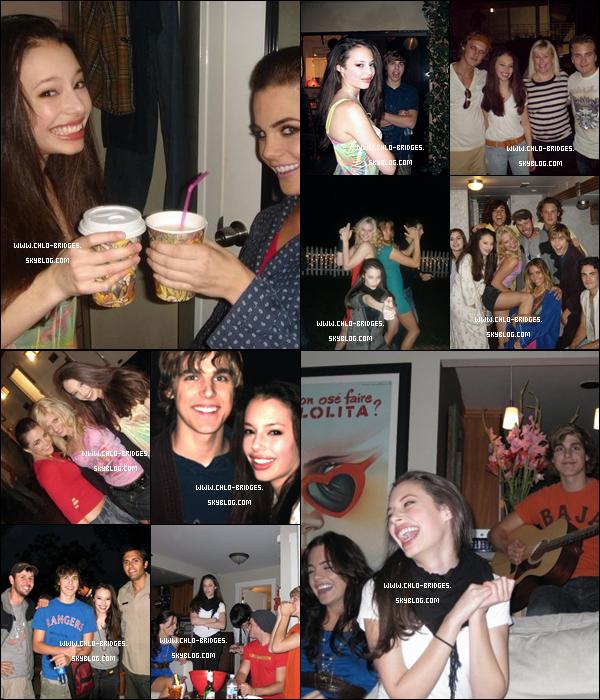 """.    Sur le set de Forget Me Not, Chloe et ses """"amis"""" ne s'ennuient pas ...        Photos datant de 2009  ."""