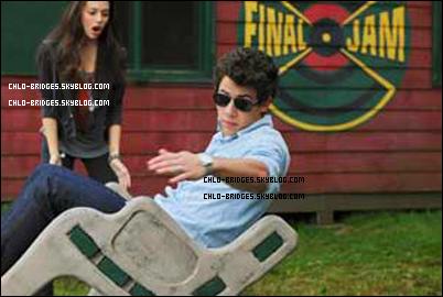 .     Photo EXCLUSIVE de Chloe & Nick Jonas sur le set de Camp Rock 2            Est-ce que Nick est en train de tomber ??   .