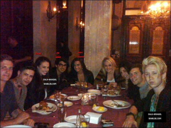 . Chloe on-ne-sait-pas-quand avec ses amis de toujours, Demi Lovato & Joe Jonas, au restaurant  .