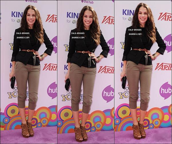 .  24/10/2010 - Chloe était à l'évènement « Pouvoir de la Jeunesse » aux Studios Paramount.Je vais faire court : flop total. La veste est désespérante, le sarouel-ou-je-ne-sais quoi est moche, les chaussures sont effrayantes. .