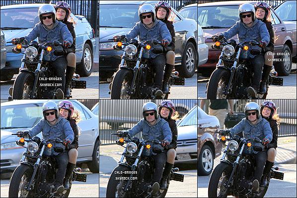 """. 12/01/13 • Chloe Bridges a fait un tour de moto dans « Studio City » avec Josh Hutcherson !Verra-t-on Chloe dans le prochain """"Hunger Games"""" ?_ ."""
