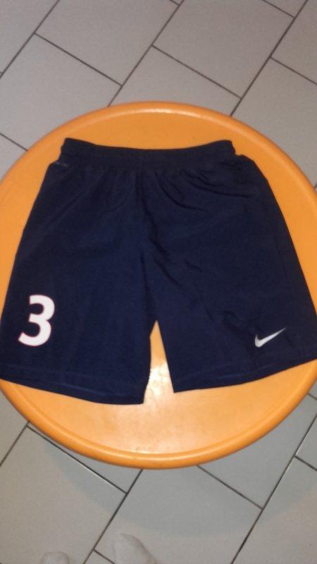 Short porté par Yannick Mboné avant la 16éme journée de National avec Chateauroux. Aprés cette journée, le club a rajouté un sponsor sur le short.