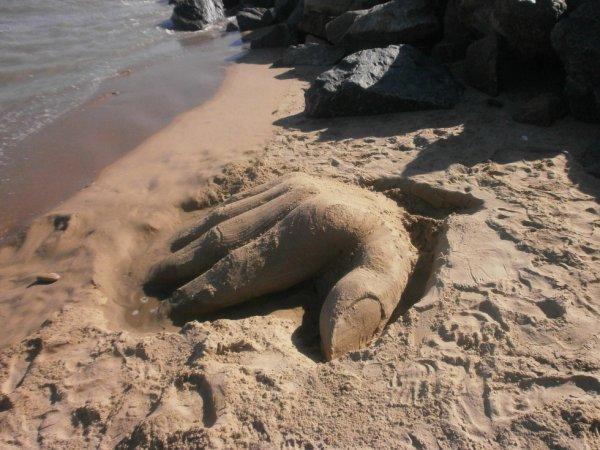La main sortie du sable 10 aout 2013