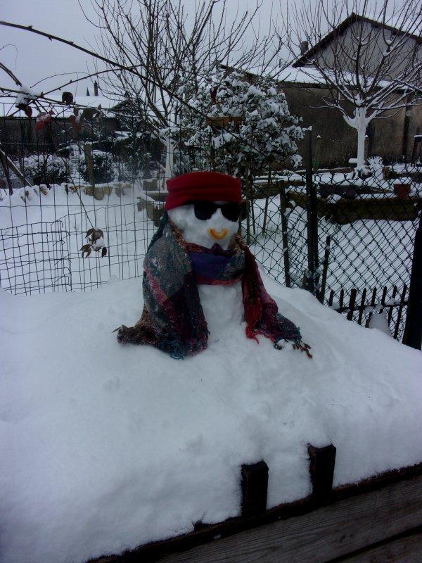 petit délire hier, la seule journée enneigée , le soir tout a fondu!  ma petite bonne femme de neige
