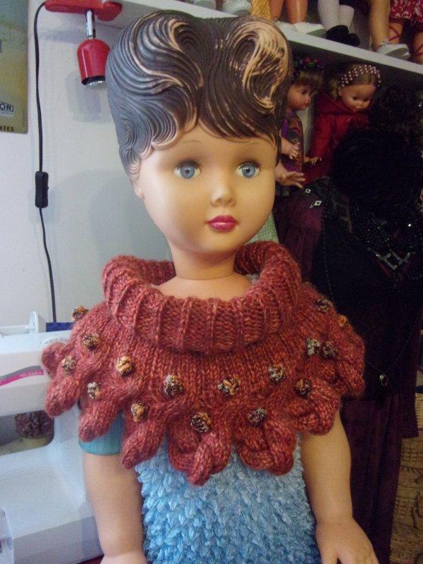 voici le deuxième tour de cou , tricoté en 10 jours!  ma grande poupée qui attend depuis quelques années son costume médiéval , portera ce nouveau modèle, j'attaque le troisième dans les tons verts !