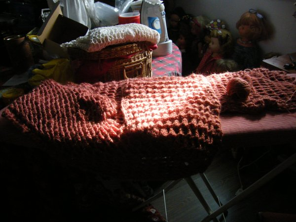 travail en cours, une looooooooooongue écharpe, en mohair qui tient bien chaud sur les genoux! j'avais un grand stock de cette laine, tres fine, j'ai donc investi dans un petit appareil pour faire de jolies pelotes en laine double