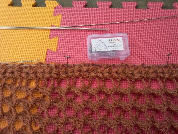 j'ai en longueur 2m10, ça ira pour faire le snood à partir de cette écharpe , rincée avec de l'assouplissant pour laine et bien étirée, grâce au petit matériel pour stopper les tricots, l'ouvrage ne se déformera pas aux prochains lavages