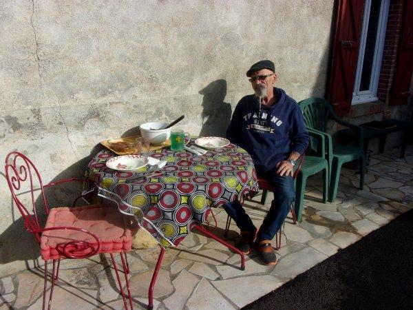mardi , nous avions 28° dans la cour, déjeuner en terrasse! où serons nous à Pâques?? probablement aux tisons!!!
