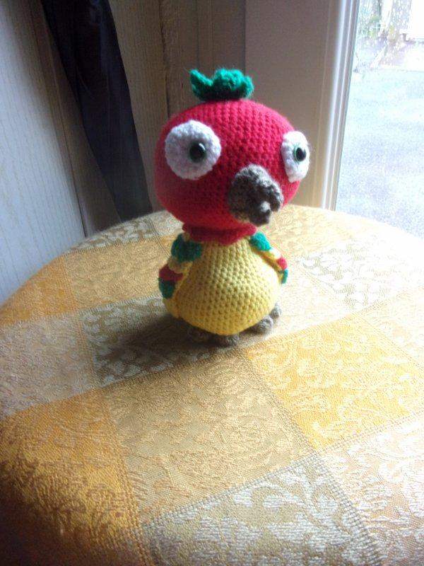un petit perroquet haut en couleurs, cela fait du bien de crocheter de tels modèles de ce temps maussade