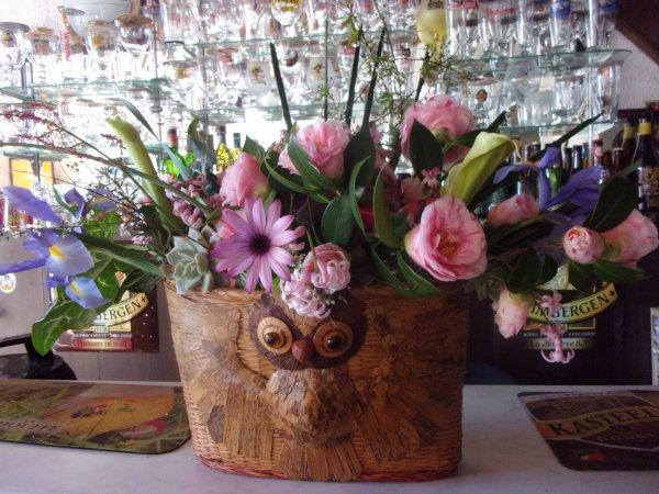 et comme elle aime les chouettes, je lui ai composé un bouquet avec les fleurs du jardin dans  un panier que j'avais dans mes réserves un panier