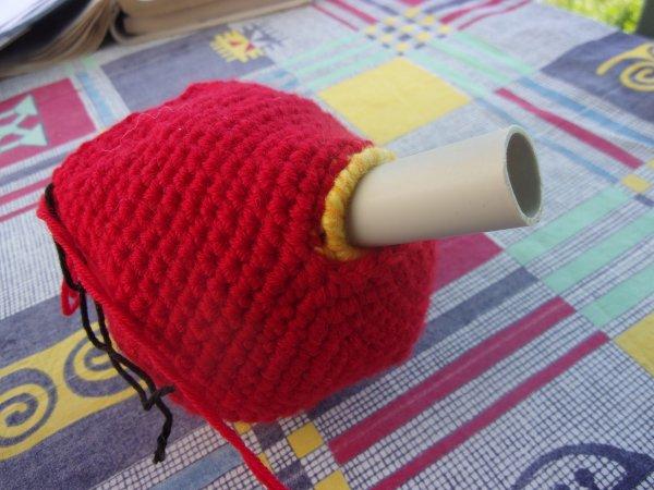 une pomme bien rouge comme refuge , il est impatient.....le tube aide au maintien du tunnel pour qu'il rentre chez lui plus facilement!!!